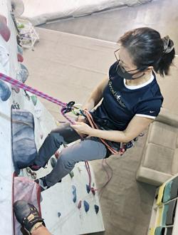 懸垂下降の練習風景